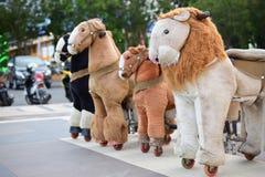 小组孩子的马玩具 免版税库存照片