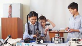 小组孩子选择机器人玩具的零件修造的机器人的在学校教训 影视素材