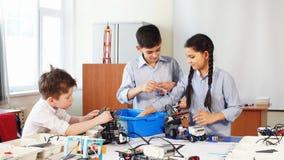 小组孩子选择机器人玩具的零件修造的机器人的在学校教训 股票录像
