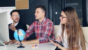 小组工作 businessmans在现代办公室合作与新的起始的项目一起使用 股票视频