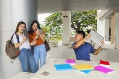 小组年轻亚洲学习在演奏学生col的大学 免版税库存照片