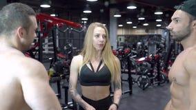 小组年轻体育人民谈话在健身房的一个断裂期间 股票录像