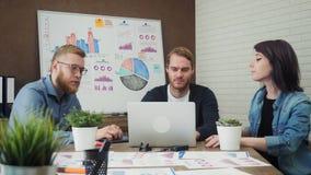 小组年轻商人顺利地完成了给上流五的项目 股票录像