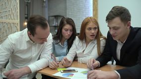 小组年轻商人,工作在办公室的4个k年轻商人 股票录像