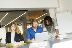 小组年轻多种族人在办公室 免版税库存照片