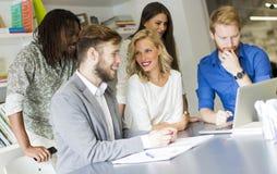 小组年轻多种族人在现代办公室 免版税库存图片