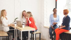 小组年轻女人谈论创造性的项目在工作过程中 影视素材