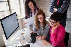 小组年轻透视设计师与照相机一起使用 图库摄影