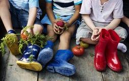 小组幼儿园哄骗学会从事园艺的小农夫 免版税图库摄影