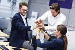 小组庆祝成功的商人在办公室 免版税图库摄影