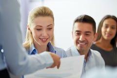 小组微笑的买卖人在办公室 免版税库存照片