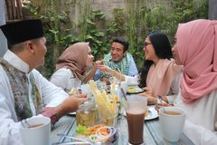 小组愉快年轻回教吃晚餐室外在赖买丹月期间 免版税库存照片