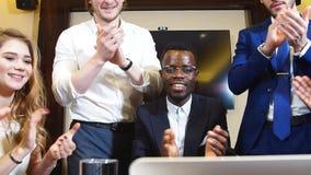 小组愉快的商人画象看对照相机并且赞许他们的企业成功 股票录像