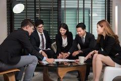 小组愉快的年轻商人在会议 免版税图库摄影