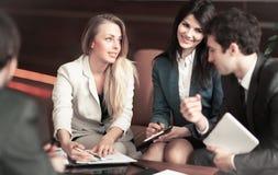 小组成功的商人 与我们的伙伴讨论一个重要问题 免版税库存照片