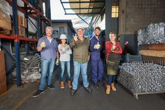小组成功的工作者在冶金学工厂 免版税库存照片
