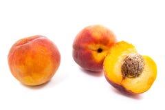 小组成熟桃子果子和在白色backgroun的一个一半 免版税库存照片