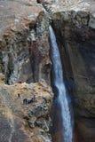 小组旅客和游人拍瀑布的照片在山河的 库存图片