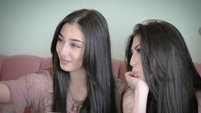 小组无忧无虑的女孩做滑稽的面孔和微笑Selfies的 概念人脉互联网 股票录像