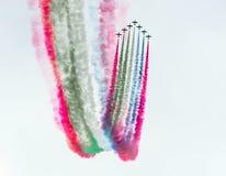 小组有五颜六色的烟踪影的喷气式歼击机飞机反对天空的 库存照片