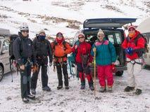 小组有冬天齿轮的登山人 图库摄影