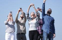 小组有智能手机的青年人 免版税库存照片