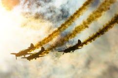 小组有白色烟踪影的白色涡轮螺旋桨发动机飞机反对蓝天的 库存照片