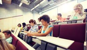 小组有笔记本的学生在教室 免版税库存照片