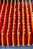 小组有红色丝绸螺纹毛线的丝绸短管轴编织的Machi 免版税库存图片