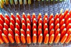 小组有红色丝绸螺纹毛线的丝绸短管轴编织的Machi 免版税图库摄影