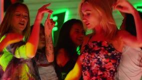 小组有胳膊的笑的朋友提高了获得乐趣对迪斯科聚会在夜间 股票录像
