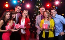 小组有节日礼物的青年人 免版税库存图片