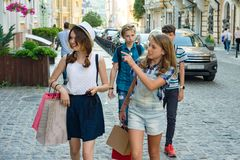 小组有购物袋的少年在城市街道上 免版税图库摄影