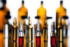 小组有透明医学的细颈瓶在医学实验室 免版税库存图片