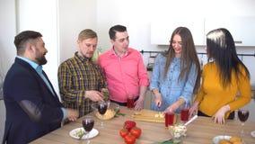 小组朋友为晚餐聚集在厨房里 正餐朋友准备 股票视频