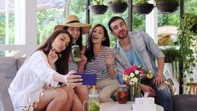小组朋友做selfie在咖啡馆 股票录像