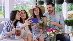 小组朋友做selfie在咖啡馆 股票视频