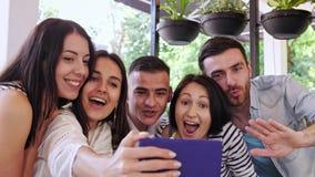 小组朋友做selfie在咖啡馆 影视素材