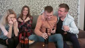 小组朋友在家庆祝一场成功的比赛 影视素材