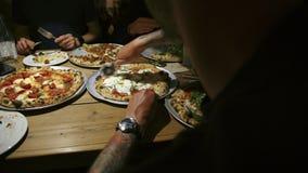 小组朋友在餐馆分享比萨 股票视频