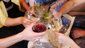 小组朋友是与饮料的叮当声玻璃在咖啡馆 特写镜头 股票录像