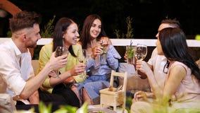 小组朋友是与饮料的叮当声玻璃在咖啡馆 影视素材