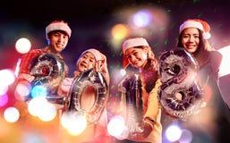 小组朋友是亚裔人,并且妇女庆祝圣诞节季节 图库摄影