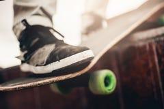 小组朋友溜冰板者基于街道 图库摄影