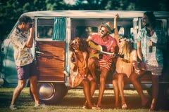 小组朋友获得乐趣在音乐节 免版税库存图片