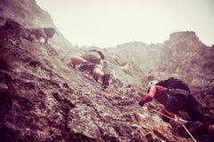 小组朋友通过在山的ferrata 库存照片