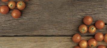 小组木桌用途的蕃茄地方背景的 库存图片