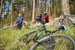 小组止步不前的骑自行车者 户外队 骑自行车浅骑自行车的骑自行车者深度域重点森林现有量山的透视图 免版税库存照片