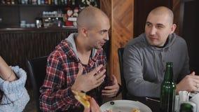 小组比萨店的朋友 有兴趣的人讲故事 薄饼和啤酒 股票视频
