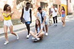 小组活跃少年在市区的做消遣活动 图库摄影